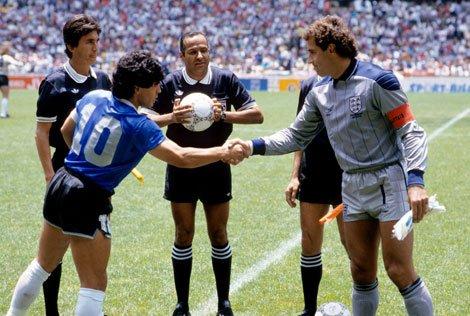 Maradona saluda a Peter Shilton antes del choque
